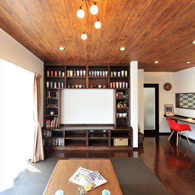 創作のテレビボードの棚には、タンブラーがずらりと並びコレクション棚に・・・。