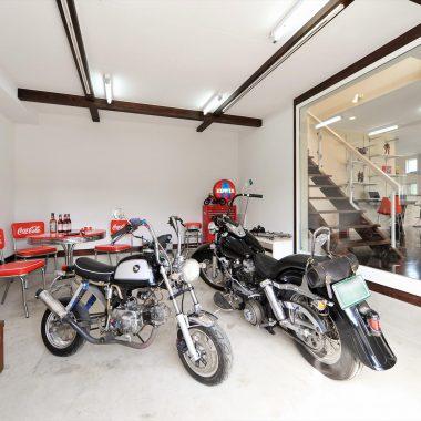 家族のための多機能スペースでもあるリビングに面したガレージ