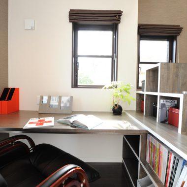 書棚と一体でデザインされた机