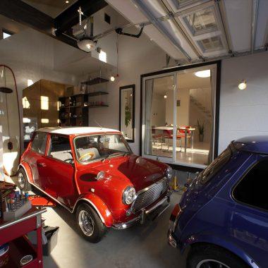 ミニ2台が縦置きできるガレージは、2階フリースペースに直接アクセスできる