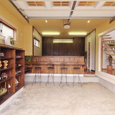カウンター奥では簡単な調理もできるカフェスタイルなガレージ