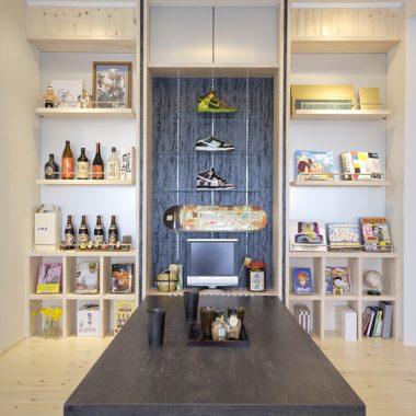 リビングにある創作棚には、様々なコレクションが並ぶ。中央にあるガラス棚は、スポーツショップのよう・・・。