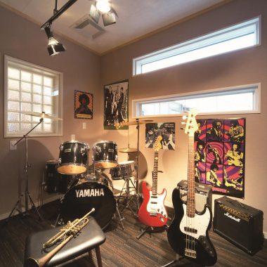 バンドセッションを想定したミュージックルームは、防音を考慮して半地下空間となっている