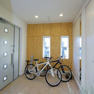 サイクリストの方の玄関。バイクを保管するために広々と設計されている