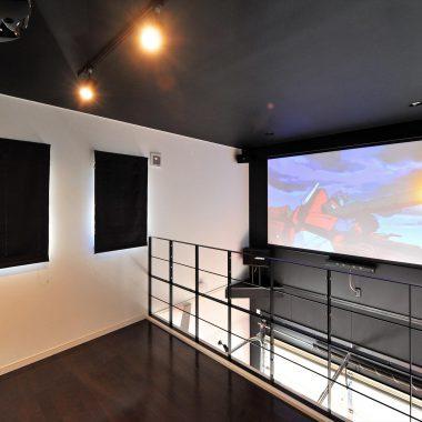 ガレージ上の吹き抜けにシアタースクリーン。家にいながら鑑賞できるプライベート映画館