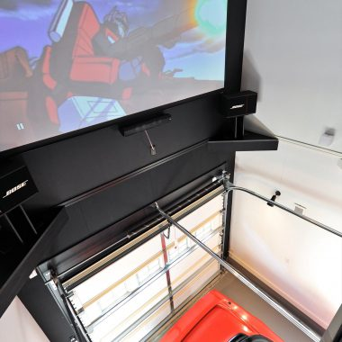 シアター席をでもある室内バルコニーの下部はガレージとなっており、愛車を見下ろすこともできる