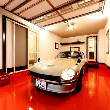 愛車のシルバーが映えるマゼンタの防塵塗装を施したガレージ