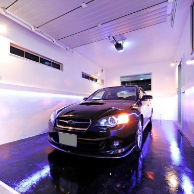 LEDの間接照明は進行方向に流れるように点滅する。発車の気分を盛り上げてくれる