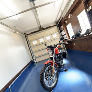 不思議な印象のブルーの床のガレージ