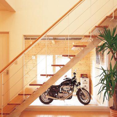 室内と調和のとれるよう、パインの羽目板を壁に張ったガレージ