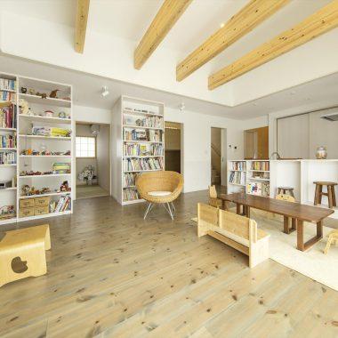 絵本作家さんの自宅。図書館のような書棚を持つリビング。