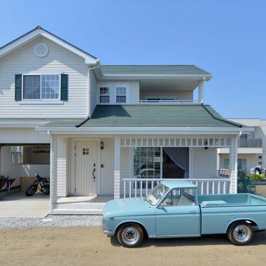 西海岸を想わせるバイクガレージのあるアメリカンスタイルの家は、映画のワンシーンのよう・・・
