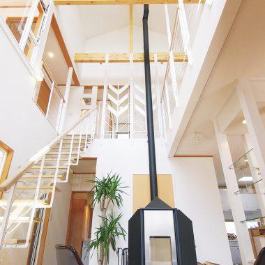 階段や手すりなど、ホビーのアイアンパーツともなじむスタイリッシュな暖炉。