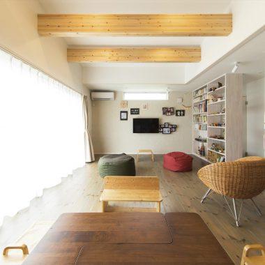 天井までの書棚は水回りを隠す役割もしている