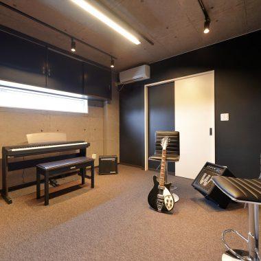 簡易防音された8畳大のミュージックルーム。今はドラムセットが2台入っています。
