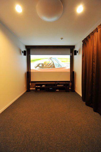 ひとつの部屋をシアター専用に。大画面のスクリーンと計画されたスピーカーで臨場感たっぷり。