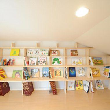 書棚のある屋根裏部屋は子供たちのあそび場にもなっている