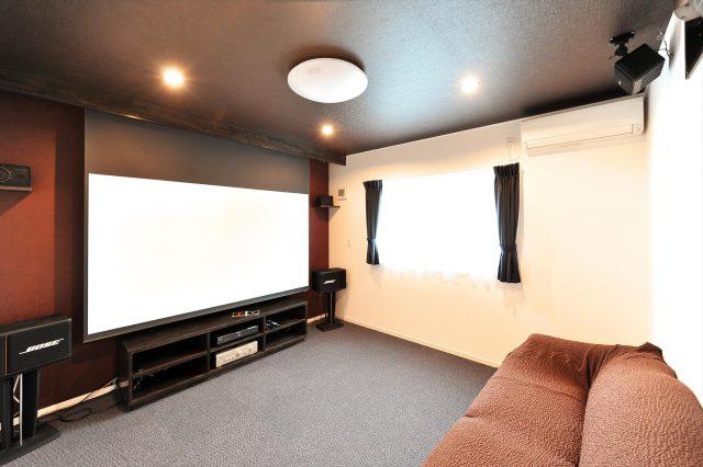 シアター専用ルームで家族で楽しむことができる広さ。 大好きな映画を思う存分楽しめます。