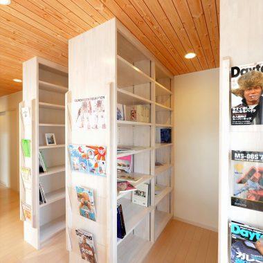 二階ホールに設けられた書棚は表紙をディスプレイできるマガジンラックも備えている