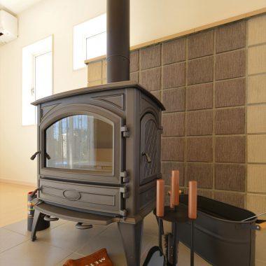薪ストーブライフを楽しむためためのアクセサリーのほうき、火ばさみ、スコップたちはインテリアとしても活躍します。