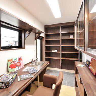 大容量の創作棚。カウンターには、水道を設置。趣味に没頭できる空間。