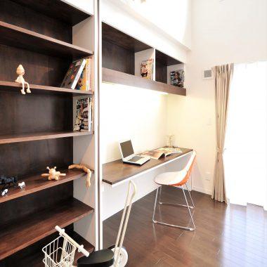 壁面を利用した書棚と書斎